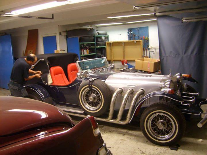Pedro monterar suffletten på vintagebilen